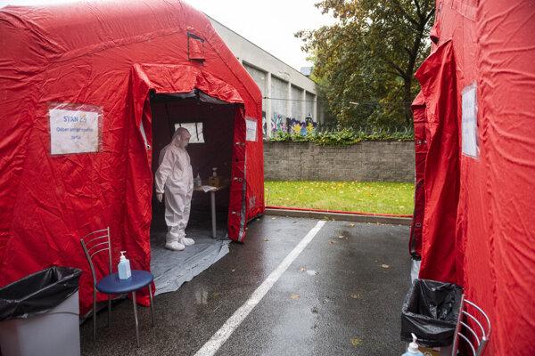 Zdravotník na odbernom mieste na nový koronavírus v areáli Nemocnice sv. Michala v Bratislave.