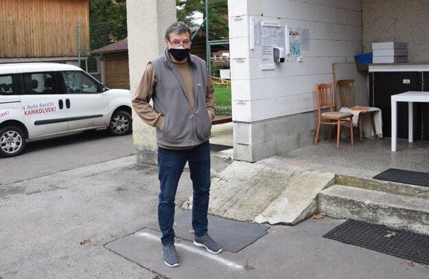 Tomáš Jedinák v areáli svojej firmy.