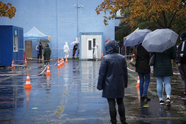 Zamestnanci Bratislavského samosprávneho kraja čakajú na testovanie.