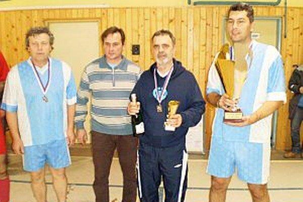 Víťazný tím Vrábeľ so starostom Č. Hrádku B. Šabíkom (druhý zľava).