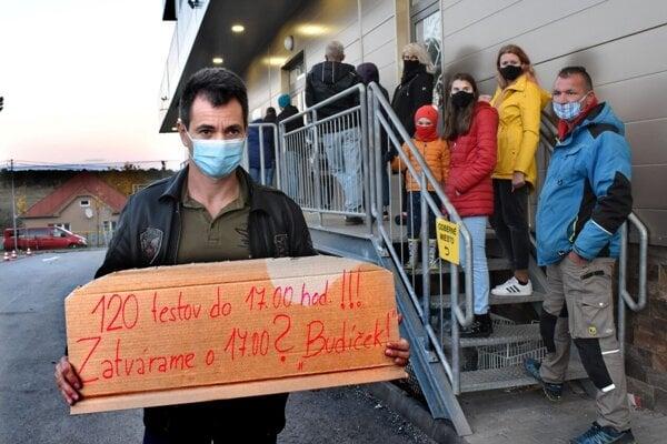 Karabin protestuje proti nedostatku testov.