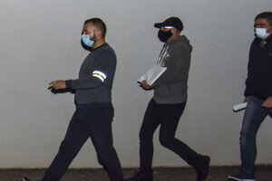 Eskorta odváža obvineného podnikateľa Zoroslava Kollára (uprostred) do väzby.