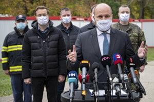 Minister obrany Jaroslav Naď informuje médiá počas zhodnotenia prvého dňa celoplošného testovania na odberovom mieste na Dostihovej dráhe v Petržalke