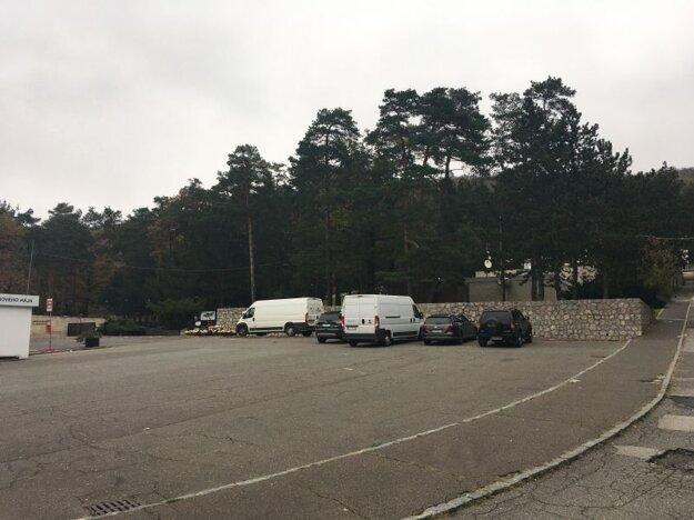 Prázdne parkovisko pred bratislavským Krematóriom v nedeľu 1. novembra.