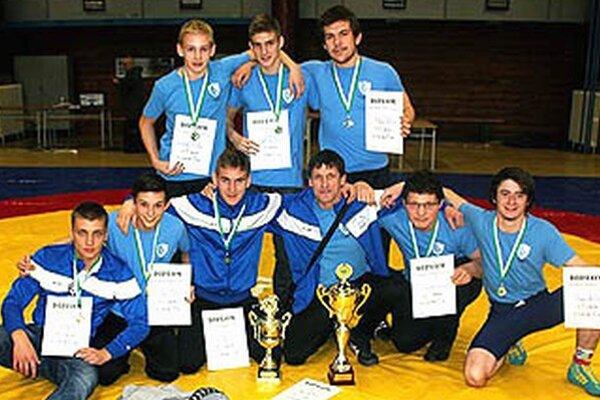 Hore zľava S. Mikuš, E. Valanec, M. Novák, dolu M. Gajdošík, M. Gatial, I. Molnár ml., I. Molnár st. (tréner), S. Novák, M. Koniar.