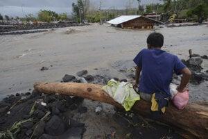 Muž sleduje záplavy po tajfúne Goni vo filipínskej provincii Albay.
