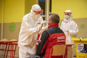 Testovanie dobrovoľníkov v Dolnom Kubíne pred prvým kolom celoslovenskej akcie.