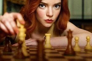 Anya Taylor-Joy ako šachistka Beth Harmon v seriáli Dámsky gambit.