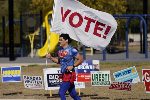 Američania rozhodujú v prezidentských voľbách.
