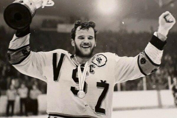 Rok 1986 - Košice vyhrávajú československú ligu a z trofeje sa raduje kapitán Igor Liba.