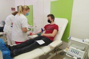 Jakub pri darovaní krvi.