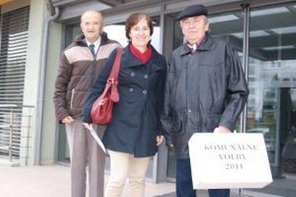 S prenosnou volebnou urnou po FN chodili (zľava) Ivan Streško, Ingrid Šindlerová a Gejza Rác.