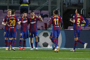 Lionel Messi oslavuje so spoluhráčmi gól z penalty.