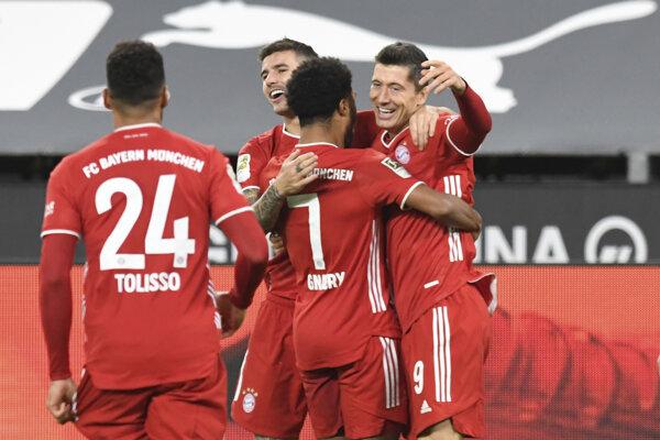 Poľský útočník Bayernu Mníchov Robert Lewandowski oslavuje gól do siete Dortmundu.