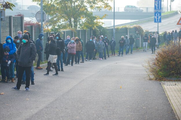 Koronavírus na Slovensku: Ľudia čakajú v rade na odbernom mieste v Mlynskej doline 7. novembra 2020 v Bratislave.