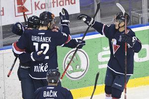 Hokejisti Slovana Bratislava sa radujú z gólu.