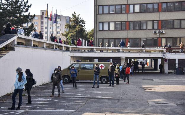 V Bratislave otvorili prvé odberné miesta už cez víkend. Záujem o testovanie bol enormný, v radoch stáli stovky ľudí. Na snímke dlhý rad pred Miestnym úradom na Mierovej ulici v mestskej časti Ružinov.