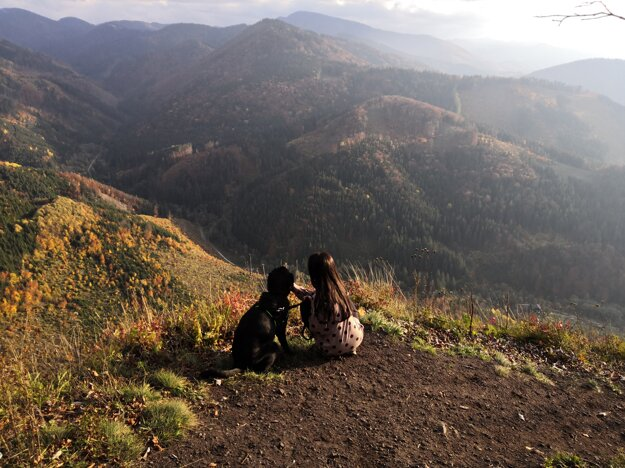 Kristína z Martina trávi rada čas v prírode so svojim psíkom.