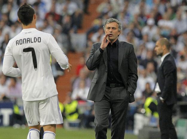 José Mourinho udeľuje Cristianovi Ronaldovi taktické pokyny.