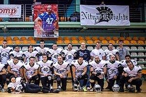 Na snímke väčšia časť mužstva Nitra Knights. V pozadí podobizeň Viktora Kincela.