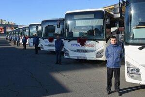 Nové autobusy na autobusovej stanici počas ich slávnostného nasadenia na linky prímestskej dopravy SAD v Poprade v roku 2019.