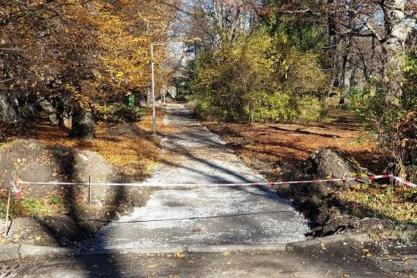 Práce pozostávajú z vybúrania pôvodného krytu, úpravy pláne chodníka a zhutnenia okrajov chodníka.