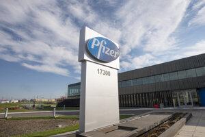 Na snímke logo firmy Pfizer pred kanadským firemným sídlom v Montreale.