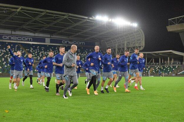 Slovenskí futbalisti počas večerného tréningu v Belfaste.