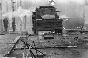 Britské obrnené vozidlo v uliciach belfastu počas nepokojov v roku 1972.
