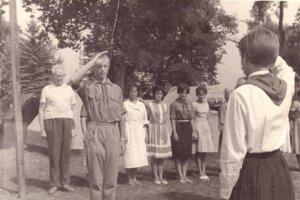 Mnohí spomínajú na zážitky a priateľstvá z pionierskych táborov. V rozprávaniach pamätníkov nechýba kritika, humor ani irónia.