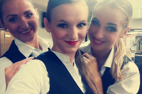 Karina Holešová (v strede) s kolegyňami tanečníčkami.