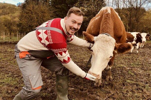 Vďaka sérii nových videí sa herec Lukáč Pelč ocytol aj na farme, kde vyrábajú chutné syry a mliečne výrobky.