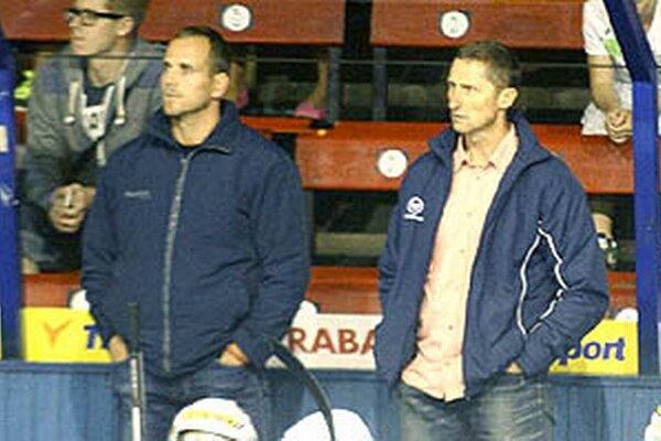 """""""Hráčom trvalo dlho, pokiaľ pochopili, že bez bojovnosti a snahy výsledky nebudú,"""" hovorí tréner Nitry Antonín Stavjaňa (vpravo)."""