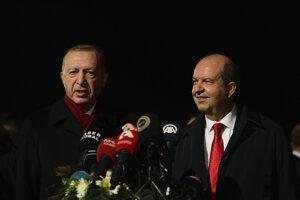 Turecký prezident Recep Tayyip Erdogan počasstretnutia s novozvoleným lídrom Tureckom okupovanej časti Cypru Ensinom Tatarom.