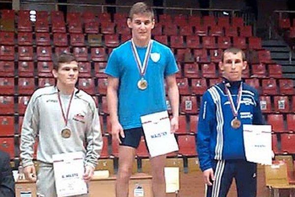 Ivan Molnár - majster SR seniorov v zápasení gréckorímskym štýlom v hmotnostnej kategórii do 59 kg. Vľavo druhý Zoltán Lévai (Dukla B. Bystrica), vpravo tretí Attila Kovács (Gabčíkovo).