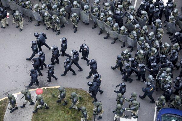 Policajti použili slzotvorný plyn a oslepujúce granáty.