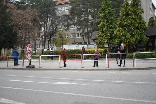 Ľudia čakajúci na bezplatný antigénový test