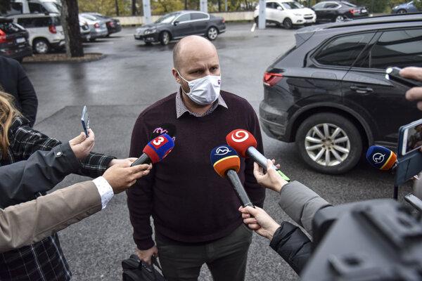 Minister obrany Jaroslav Naď počas príchodu na zasadnutie ústredného krízového štábu 16. novembra 2020 v Bratislave.