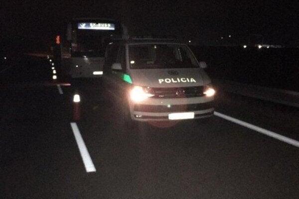 Autobus zastavili mýtni policajti.