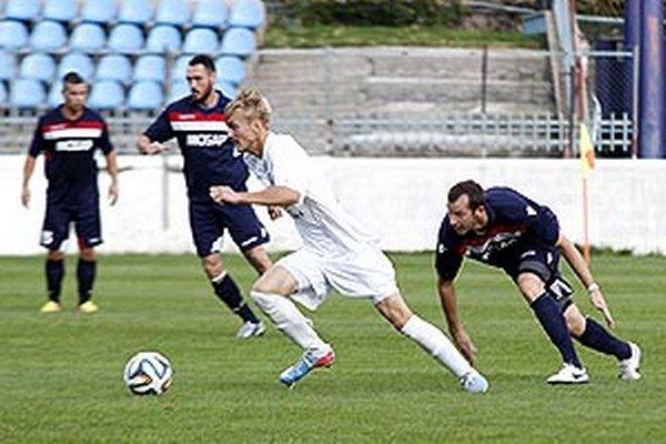Matúš Bartošek (v bielom) strelil dva góly do siete Čeľadíc.