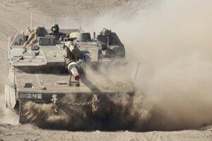 Izraelský vojak jazdí v tanku počas cvičenia na Izraelom kontrolovanom území Golanských výšin neďaleko hranice so Sýriou 4. augusta 2020.