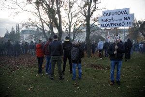 Nepovolený novembrový protest pred Úradom vlády.
