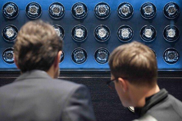 Návštevníci sa pozerajú na hodinky Montblanc na medzinárodnom salóne luxusných hodiniek v Ženeve.
