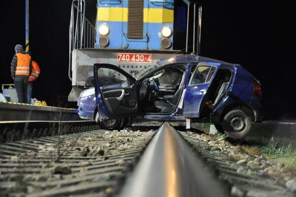 Nehoda auta s vlakom vo Veličnej.