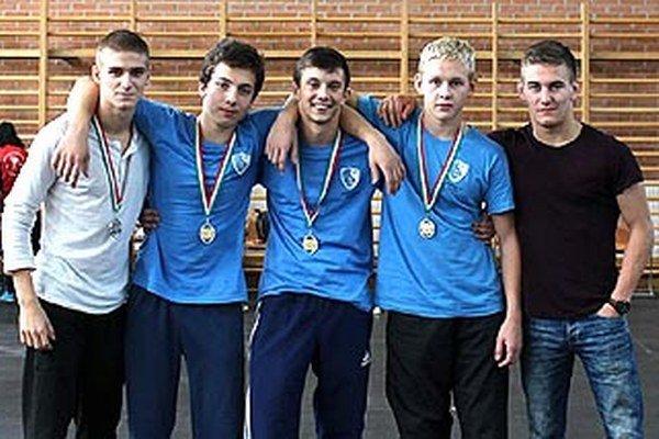 Medailisti z medzinárodného turnaja v Györi - zľava Enriko Valanec (prevzal medailu za brata), Viktor Bojda, Martin Gatial, Samuel Mikuš a Ivan Molnár - tréner.