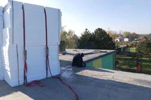 Oprava strechy materskej školy v Komárne.