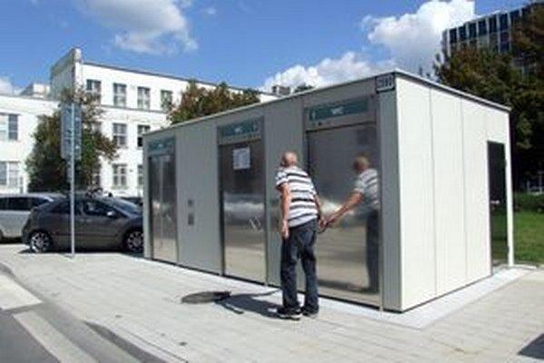 Nové toalety sú samoobslužné. Pre prípad, že by človek potreboval pomoc, inštalované je v nich núdzové tlačidlo.