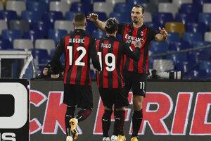 Zlatan Ibrahimovič (číslo 11) sa teší so svojimi spoluhráčmi.