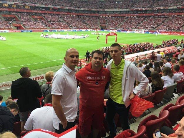 Martin Soboňa (napravo brat Dárius, futbalista Solčian) sa spolu s poľským bratrancom (vľavo), manažérom sieťe hotelov Radisson, chystá na zápas ME 2021 Slovensko - Poľsko.