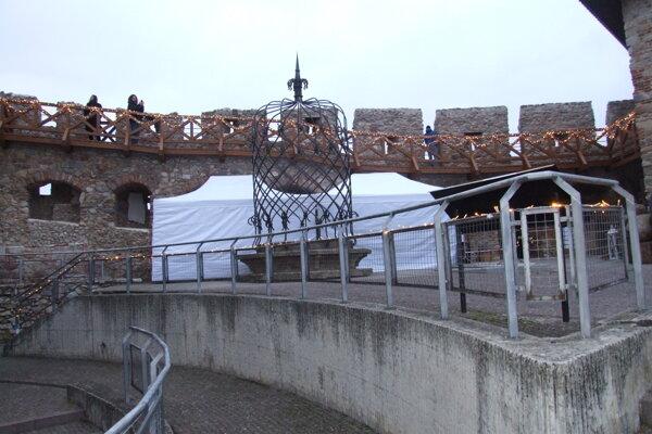 Rok 2018, stan pred Vazulovou vežou na hrade.